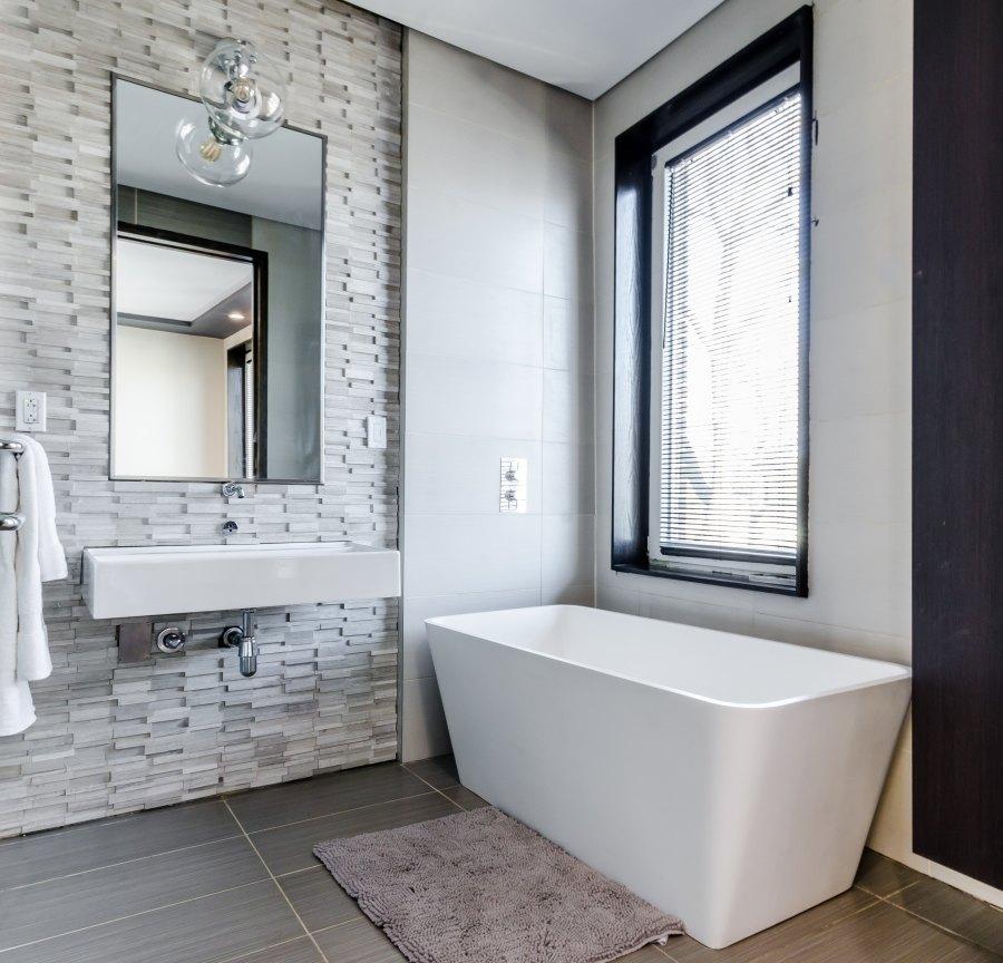 Calgary - Roxboro Modern Bathroom